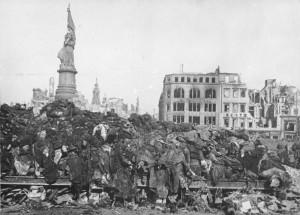 Leichenberge nach dem Bombenangriff auf Dresden